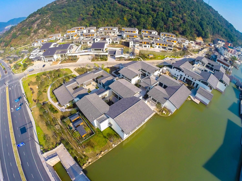 湘湖金融小镇坐落于风景秀美的湘湖国际旅游度假区,环境得天独厚.